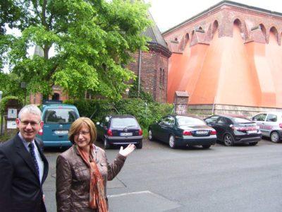 Barbara Knoke und Bernd Heimhuber vor dem Wasserhochbehälter auf dem Lindener Berg