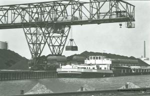 Lindener Hafen mit Kohleschiff