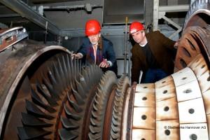 Turbinenschaufeln bei der Revision mit Harald Noske (Technischer Vorstand) und Wolfgang Klingebiel (Kraftwerksleiter)