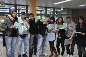 Jugendliche mit Broschüre auf der Ausbildungsbörse am 28.01.2010 im Schulzentrum Badenstedt (Foto: B. Wartze)