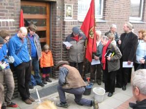 Gunter Demnig verlegt den Stolperstein für Franz Nause
