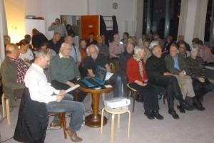 Gut besuchte Veranstaltung. Autor Torsten Bachmann (weißes Hemd) überprüft noch einmal seinen Text