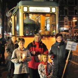 Historische Bahn mit dem Friedenslicht auf der Limmerstraße