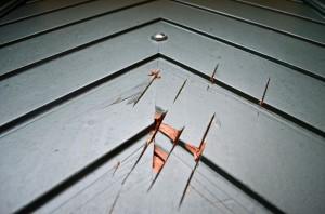Einfältige Zerstörungswut: die beschädigte Eingangstür des DKP Büros