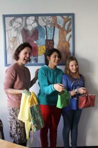 Stolz haben zwei Mädels ein paar ihrer Werke gezeigt, die sie bereits in der Nähschule gefertigt haben. Aber bald können sie öfter an die Nähmaschine und noch viele andere tolle Dinge nähen.