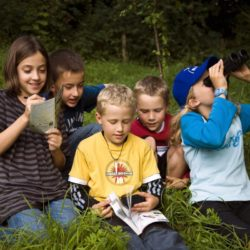 Kinder bei der Vogelbeobachtung (Foto: NABU / P. dos Santos)