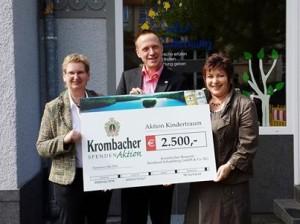 Spendenübergabe an Aktion Kindertraum (v.l.n.r. Ute Kruse vom Derentaler Hof, Jörg Wübbelmann von der Krombacher Brauerei und Ute Friese Geschäftsführerin der Aktion Kindertraum)