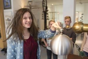 Experiment: Elektrizitt lässt die Haare zu Berge stehen