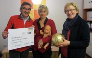 Scheckübergabe im Allerweg (v.l.n.r. Claus-Peter Schiefer, Christine Vogt-Bünning und  Petra Bliwert)