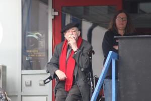 """Egon Kuhn vor """"seinem"""" Freizeitheim am 1. Mai 2012"""