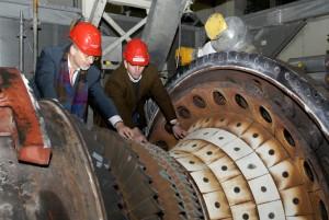 Technikvorstand Harald Noske und Kraftwerksleiter Wolfgang Klingebiel bei der Revision der Gasturbine im April 2008 (Foto: Jonas Gonell)