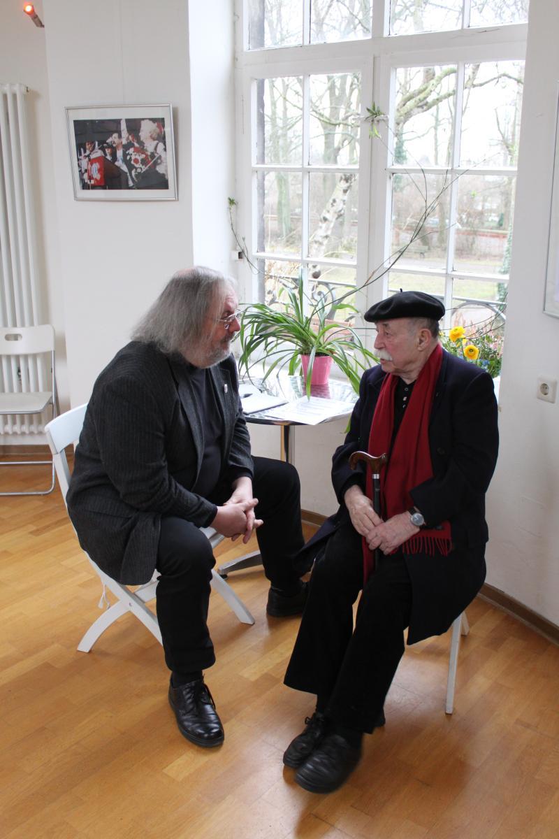Egon Kuhn mit Bezirksbürgermeister Grube bei der Ausstellungseröffung im Küchengartenpavillon