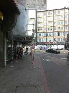 Neues Gerüst schafft mehr Platz für Fußgänger