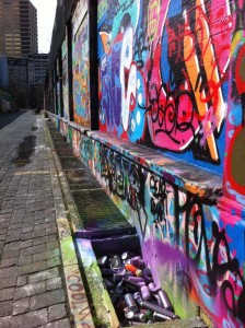 Graffitiwand mit Dosengrab