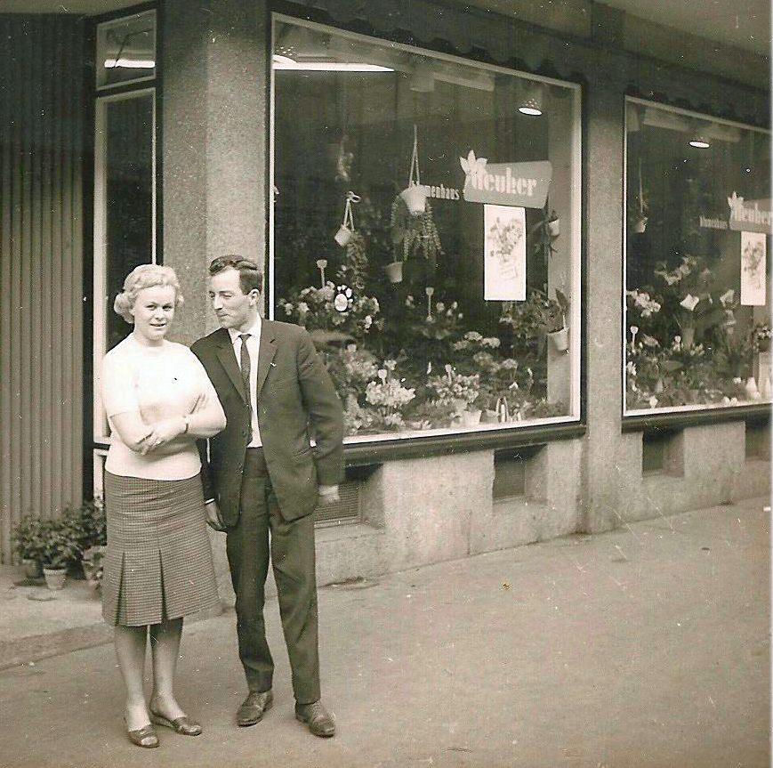 Horst Deuker mit Frau vor dem Blumengeschäft in der Göttinger Straße 60A