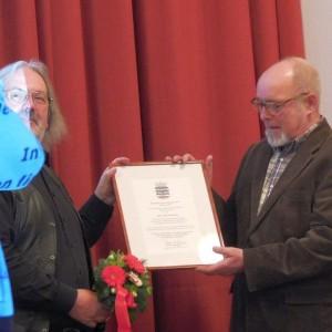 Bezirksbürgermeister Rainer Grube (links) überreicht die Urkunde an Uwe Horstmann (Foto: Jörg Schimke)