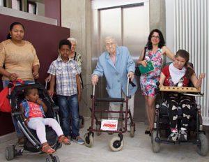 Ronja (ganz rechts) freut sich mit anderen Gemeindemitgliedern über ihren Aufzug