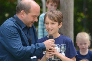 Kindersprecher Ole Göschel führte mit Kita-Leiter Carsten Lücke durch das Programm