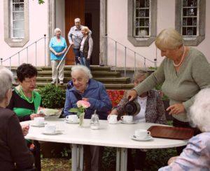 Seniorengruppe im Garten des Ernst-Korte-Haus