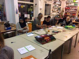 In einem Buchbinde-Workshop haben Teilnehmer die während des Projekts entstandenen Texte als Bücher gebunden