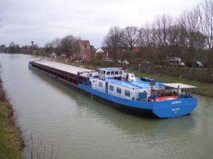 Ein Schiff verlässt den Lindener Hafen