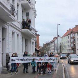 """Protestaktion """"Hier werden Menschenaffen dauerbegast"""""""