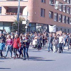 Der Demo-Zug auf der Blumenauer Straße