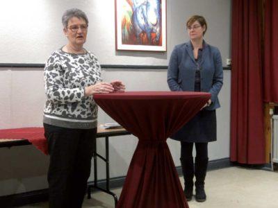 Gabriele Steingrube begrüßt die Landtagsabgeordnete Thela Wernstedt.