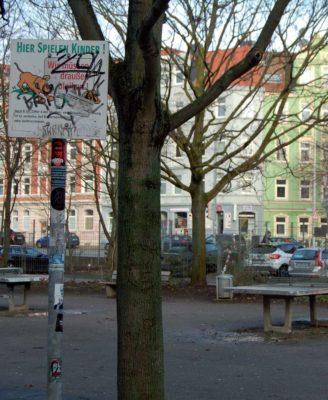 Auch an der Rampenstraße dürfen Erwachsene kein Tischtennis spielen, wie das Schild links im Bild verrät
