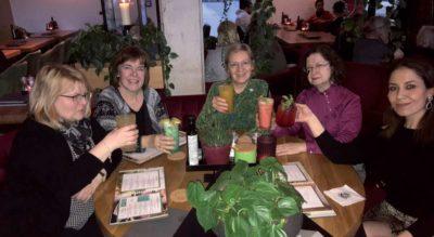 Nehmen Abschied: Karin Menges (Mitte) und ihre Kolleginnen von der Lindener Apotheke