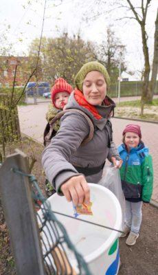 Gabenzaun und Tauschzaun: Nicht nur Bedürftige, sondern auch Familien können sich bedienen und das Entnommene später ersetzen.