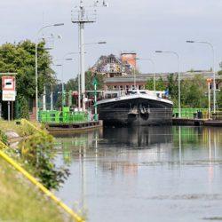 Schiff in Richtung Lindener Hafen verlässt die Schleuse