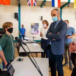 Oberbürgermeister Belit Onay übergibt an der IGS Linden die ersten Tablets