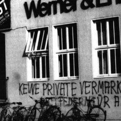 """""""Keine private Vermarktung – Bettfedern für alle"""": das FAUST-""""Verwaltungsgebäude""""."""