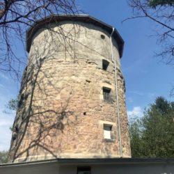 Im Dezember vergangenen Jahres durch ein Feuer stark beschädigt, wurde der Turm auf dem Lindener Berg im Laufe dieses Jahres wieder aufgebaut. Die frühere soll im kommenden Jahr folgen.