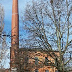 Das Kesselhaus der ehemaligen Bettfedernfabrik mit dem markanten Schornstein.
