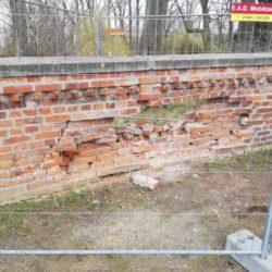 Beschädigte Friedhofsmauer