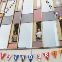 Wimpelketten am Lindener Rathaus zum Motto des Weltkindertages