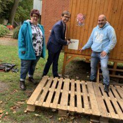 Nun konnten in der letzten Woche (von links) Barbara Mann und Harald Matzke vom Vorstand der LindenLimmerStiftung gemeinsam mit Carsten Lücke, dem Leiter der AWO-Kita, das neue Förderungsschild der Stiftung an den Bauwagen montieren.
