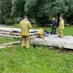 Feuerwehr befreit Dackel Anton im Georgengarten